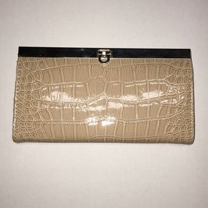 3/$25 ✨ Nude Leather Reptile Clasp Clutch Wallet